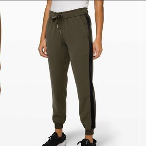 Lululemon on the fly jogger * velvet Trim